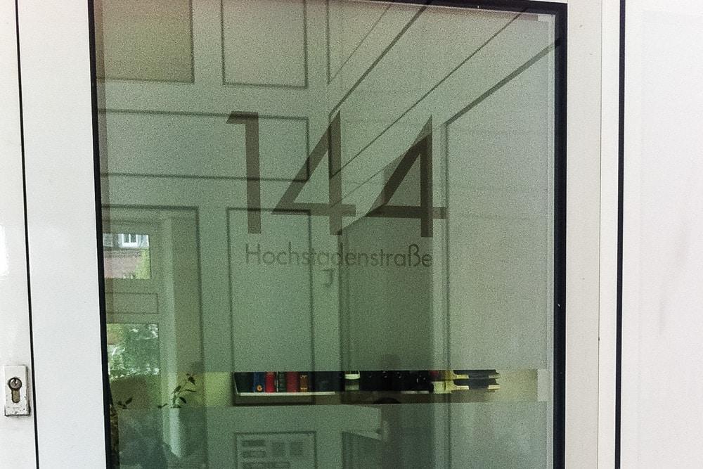 glasdekorfolie milchglasfolie f r die eingangst r mit. Black Bedroom Furniture Sets. Home Design Ideas