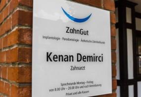 Praxisschild / ZahnGut Monheim