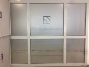 Milchglasfolie in Funktion eines Sichtschutzes auf einer lichtdurchlässigen Folie für die Hochschule Niederrhein in Krefeld.