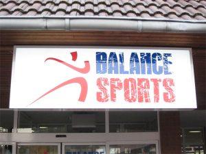Leuchttransparente mit transluzenter Folie beschriftet für das Fitnessstudio Balance sports in Grevenbroich.